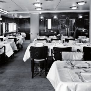 Kijkje in het restaurant aan boord van de ferry Koningin Emma