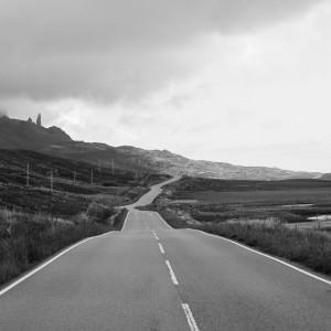Skye stone gezien vanaf de weg.