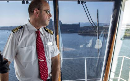 Kapitein Davies helpt haai te ontsnappen in Fishguard haven