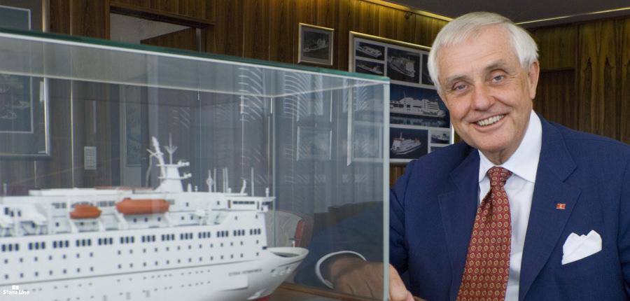 Dan Sten Olsson bij een miniatuur van een van de Stena Line schepen