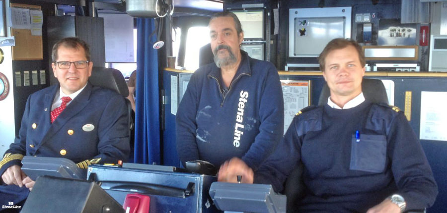 Stena Saga kapitein Johan Svanberg links, met zijn bemanning