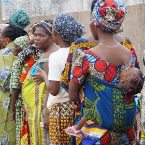 Mensen in rij om dokter te zien in Benin