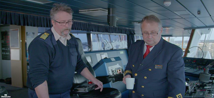 Kapitein Jan Sanborn en 1st engineer Thomas Ståhle op de brug van Stena Scandinavica