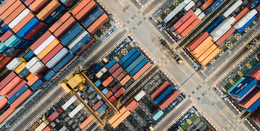 Containers in haven van bovenaf