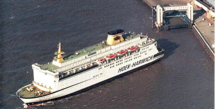Koningin Beatrix van Crown Line bij vertrek uit Hoek van Holland