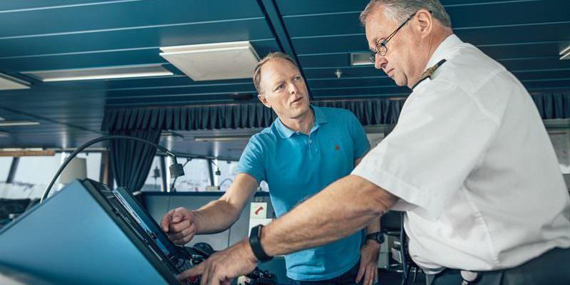 Stena Line's Head of AI Lars Carlsson en Senior Master Jan Sjöström bespreken het nieuwe AI-model aan boord van Stena Scandinavica.
