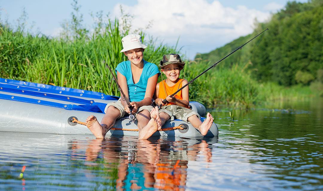 Moeder en zoon vissen in Noorwegen