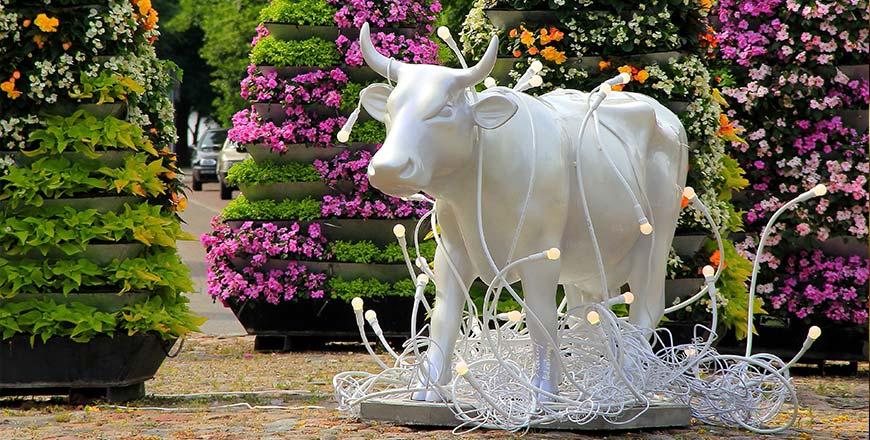 Artiestieke koe van de Cow Parade tijdens Ventspils City Tour