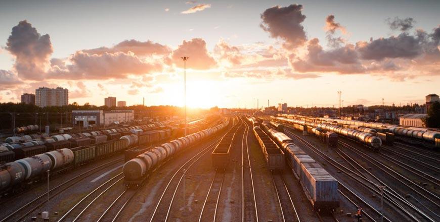 Treinen op het spoor bij zonsondergang